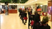 4-21 东方红水兵舞队在活动