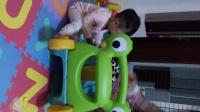 连梓烁一周岁零23天 儿子陪我过的第二个母亲节 受伤啦 从楼梯上摔了下来 把儿子和姥姥脑袋都摔个大包video_20170514_212806