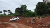 [钟钟分享]两驱车锋驭雨中挑战黄泥坡越野