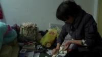 拍客日记精选视频 [郑州]女大学生带瘫痪母亲上学 打工养家头发花白bx0