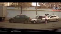 监控实拍! 交通事故车祸集锦, 粗心妈妈带孩子, 险被卷入车轮下太危险了!