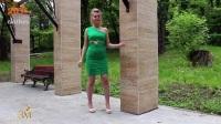 单肩绿色连衣裙搭配鱼嘴露趾高跟鞋, 青春时尚又靓丽