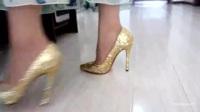 碎花连衣裙搭配金色高跟鞋,浪漫优雅女神范儿