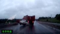 工程车一个左转弯, 让加速的轿车报废