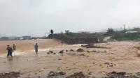 大雨水库被冲垮, 百姓从钓鱼到抓鱼, 养鱼的遭殃了