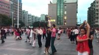 兰州大润发一群男男女女跳交谊舞 这个没有舞伴的大叔略显尴尬