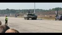 德国豹2坦克展示原地360旋转与行进中射击科目