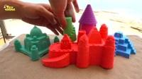 用动力砂在海滩上做了一个彩虹城堡, 真是太好看了