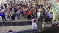 吸毒男子火车站插队买票 民警劝阻遭拳打脚踢