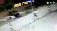 国外男子开摩托车回家, 水牛突然发疯, 监控正好拍下倒霉画面
