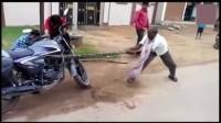 社会焦点案件: 印度摩托车司机发现车子不对劲,从车里面抓...