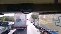 来看看国外是怎么给消防车让路的, 不过貌似也有出现意外的时候!