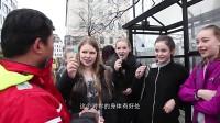 """中国大叔在国外看到一群漂亮女生, 就拿""""鱼""""去搭讪, 没想到效果很好!"""