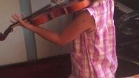 Lucy練習小提琴《小星星》練習中