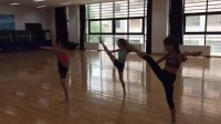 Yuanna大师班示范舞蹈动作
