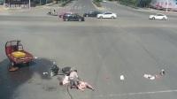 实拍孕妇带孩骑车抢黄灯与闯红灯的三轮摩托相撞