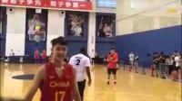 """中国青年球员体验梦之队待遇 """"单挑欧文""""。"""