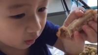 宝宝爱吃鸡翅 做妈妈的看着真开心