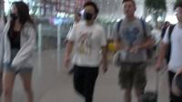 """现场:主要看气质!黄渤现身机场秀""""五短身材""""  身穿卡通T恤略显萌态"""