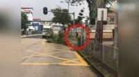 八卦:神秘男子台风天街头砍树清路 没想到竟是周润发
