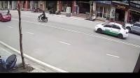小女孩放学回家,正要过马路时,监控突然拍到惊险一幕!