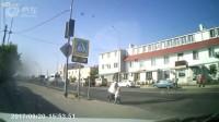 摩托车撞人压倒过马路的老奶奶和孙子