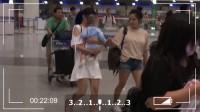 现场:何洁机场 逗粉丝孩子母爱十足