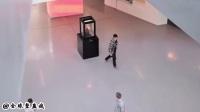 博物馆恶作剧: 千万不要盯着雕塑的眼睛, 否则后果自负