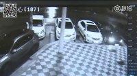 监控实拍:玛莎拉蒂车窗被砸 3贼盗走250万现金...