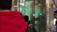 黄渤潘粤明同日现身机场,这两个人竟然撞脸了