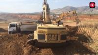 卡特85吨挖掘机挖土装车, 大挖斗干活就是快, 三斗装满一整车