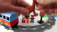 聪明的工程车在搭建一个热闹的火车站,小火车在火车轨道上面行驶的很开心