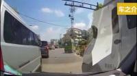 半挂车疯狂推行小轿车几十米, 网友手机拍下这惊险一幕!