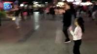5岁萌娃迷上广场舞 舞风不输大妈