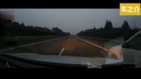 高速路上最害怕这样开车的司机, 20年老司机说只能撞上去! 你遇到会怎么做?
