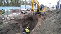 神钢235挖掘机在铺设混凝土管
