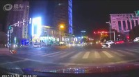 晚上路口出租车转弯撞飞闯红灯的自行车