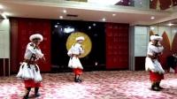 A05.石榴花团队家庭聚会:徐哲民老师等三人表演,刀郎舞。草根制作。