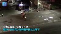 外卖小哥骑摩托从长梯子上顺势而下 惊呆路人
