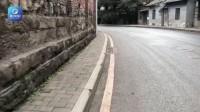 这条人行道非常窄 路人:窄到令人窒息