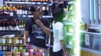 八卦:郑爽素颜装扮朴素 与老爸超市扫货挑不停