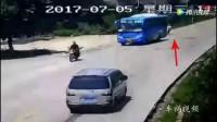 摩托车追尾撞上大客车, 路过面包车也太倒霉了!