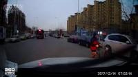 路口转弯撞了骑自行车的路人