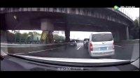 副驾驶老公发现后车即将追尾 对老婆大喊: 赶紧加油门冲
