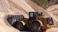 卡特彼勒980M型轮式装载机在搅拌砾石