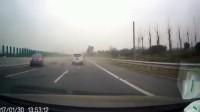 见鬼了, 轿车司机高速上和逆行电瓶车相撞, 监拍这作死和心酸一幕