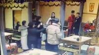 [cp]朗朗乾坤,光天化日之下,公共场合界首市辣庄火锅店几名吸毒份子对陌生顾客大打出手,影响极其恶劣