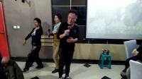 歌曲《水乡新娘》辽宁朝阳新天地ktv老板老板娘仇志福,张文和团员们新年欢聚一堂献歌,大家一起舞起来嗨起来,欢乐无比。