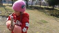 女儿成长点滴:手持双节棍,右手提东西