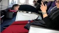 有人在飞机上偶遇baby,网友:她私底下居然是这样带孩子的?